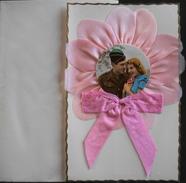 CPA. Ornée D'un Ruban Avec Au Centre Une Photo En Forme De Coeur D'un Couple - Neuve Avec Enveloppe Sous Embal. Souple - Brodées