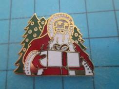 Pin515a Pin's Pins : Rare Et Belle Qualité NOEL / PERE NOEL SANTA CLAUS AVEC CADEAU ET SAPINS - Christmas