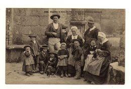 Cpa N° 1032 Familles De SAINT HERBOT Etudes Des Différents Costumes Des Environs De Huelgoat - Saint-Herbot