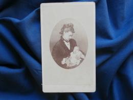Photo CDV D. Delezenne à Bagnères De Bigorre - Femme Avec Un Nouveau Né Sur Les Genoux, Circa 1865 L325 - Photographs