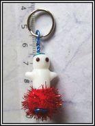 Bijou De Sac Portable Petit Fantôme Perle Artisanale Blanc En Verre Sur Pompon Rouge  Un Adorable Petit Fantôme à Garder - Unclassified