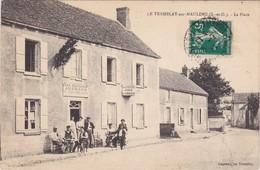 """LE TREMBLAY-sur-MAULDRE - La Place - Café-Restaurant AUGRAND """" Aux Cyclistes... Vins Et Liqueurs """" Clients En Terrasse - Flins Sur Seine"""