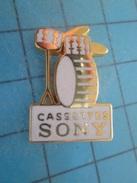 Pin515a Pin's Pins : Rare Et Belle Qualité MUSIQUE / CASSETTES SONY BATTERIE DRUMS ROCK - Music