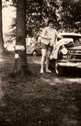 Photo Originale Volkswagen Coccinelle, Jeune Femme Pin-up En Short & Véhicule à Identifier - Cars