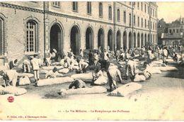 CPA N°7459 - LA VIE MILITAIRE - LE REMPLISSAGE DES PAILLASSES - MILITARIA 1910 - Matériel