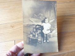 PHOTO ANCIENNE  UN BEBE  ENFANT GARCON  JOUET ANCIEN  CHEVAL PIERRE 2 ANS Cabinet - Persone Identificate