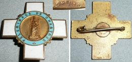 Rare Ancienne Broche En Métal Doré émaillé, Croix, Pélerinage De Chartres, Chobillon, Bleue - Religione & Esoterismo
