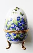 Oeuf En Porcelaine Décor Fleurs Et Papillons - Eggs