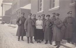AK Foto Deutsche Soldaten Mit Dame Im Winter - 1. WK (30249) - Guerra 1914-18
