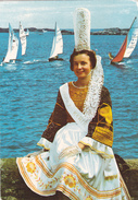 CPSM FOLKLORE DE BRETAGNE. JEUNE FILLE EN COSTUME BIGOUDEN - Costumes