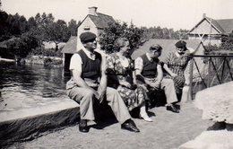 Photo Originale D'un Petit Groupe Sur Un Pont Se Plaignant Du Soleil En Août 1938 Au Dessus D'une Rivière - Personnes Identifiées