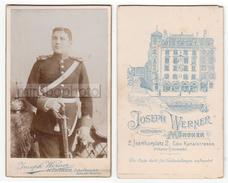 Photo CDV Foto Circa 1900 - Militär Uniform Soldat Mit Pickelhaube Weißzeug Schwerer Säbel - Josef Werner, München A021 - Krieg, Militär