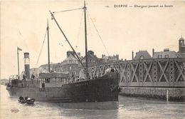 76-DIEPPE-  CHARGEUR PASSANT AU BASSIN - Dieppe