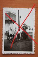 Photo GEMBLOUX Environs 1939 Cycliste Sur Route Hâteau D'eau Publicité Bière Brasseur Local - Lieux
