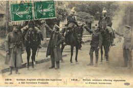 CPA N°8104 - LOT DE 2 CARTES SOLDATS ANGLAIS OFFRANT DES CIGARETTES + INFANTERIE ANGLAISE EN EMBUSCADE - MILITARIA 14-18 - Oorlog 1914-18