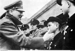 Militaria WW2   - Adolf Hitler Pince La Joue D'un Hitlerjugend Fin Avril 1945 Dans Les Jardins De La Chancellerie - 1939-45