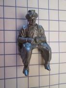 DIV414 : Figurine Publicitaire Années 50/60 Plastique Dur MC CAIFFA  : (THIERRY LA FRONDE) UN CAVALIER - Figurines