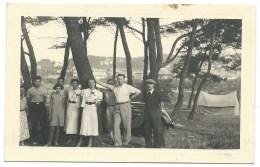 PHOTO FAMILLE SOUS DES ARBRES AU CAMPING - Persone Anonimi