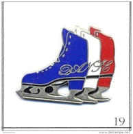 Pin´s - Sport - Patinage Artistique N° 03 / Chaussures Bleue, Blanche & Rouge. Est. Lods Moss. EGF. T305-19 - Skating (Figure)