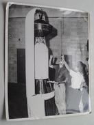 US 22.080 ( Des Ingénieurs Vérifient La Fixation Des 3me Et 4me étage De La Fusée ABLE-I ) ROCKET ( Zie Foto's ) ! - Aviazione