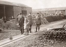 WWI Roi George V Dans Une Usine Anglaise De Munitions Obus Ancienne Photo 1914-1918 - Famous People