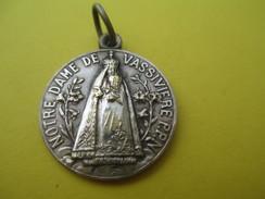 Médaille   Religieuse Ancienne  /Notre Dame De VASSIVIERE /Vierge Noire/ Puy De Dôme/Mi XXéme Siécle   CAN525 - Religión & Esoterismo