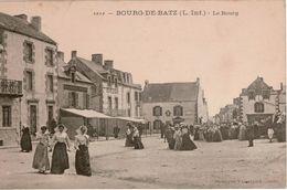 Cpa 44 BOURG-DE-BATZ Le Bourg Grosse Animation: Sortie De Messe Place De L'Eglise,femmes En Coiffes Restaurant, Café TBE - Batz-sur-Mer (Bourg De B.)