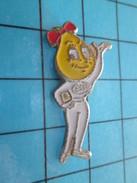 Pin611a Pin's Pins : Rare Et Belle Qualité CARBURANTS / ESSO MADAME GOUTTE D'HUILE - Carburants