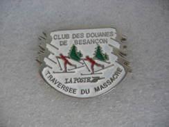 Pin's Du Club Des Douanes De Besancon. Traversée Du Massacre En Ski De Fond. Sponsor La Poste. - Sports D'hiver