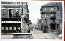 04 SAINT BONNET PLACE DU CHEVREUIL  ET RUE CHAILLOL HOTEL DES ALPES FONTAINE CARTE 1950 LEGERE EPIDERMURE - France