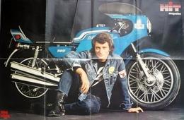 POSTER GEANT  900 X 580  - Chanteur JOHNNY HALLYDAY Et Sa Moto KAWASAKI  -  HIT MAGAZINE - Posters