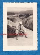 Photo Ancienne - DIEN BIEN PHU - Militaire à L'entrée D'un Abri Avion En Arrière Plan - Février 1954 - Viet Nam Aviation - Guerre, Militaire
