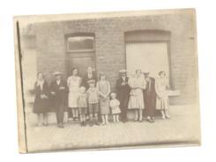 Photo ( 9 X 12 Cm) Famille Devant Une Maison - A SITUER (cha) - Lieux