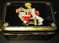 1925s Huntley And Palmers Biscuit Tin La Courneuve Sample /Echantillon Illustr. René Vincent - Complete With Biscuits !! - Boîtes
