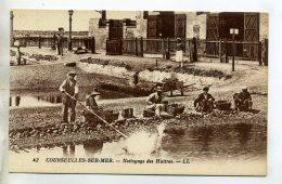 14 COURSEULLES Sur MER Nettoyage Des Huitres Ouvriers Dans Parc Au Travail   /D02-2016 - Courseulles-sur-Mer