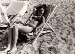 Photo Originale Plage & Maillot De Bain Pour Sexy Pin-up Au Bikini à La Sieste Et Farniente Sur Transat Vers 1960/70 - Pin-up