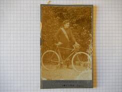 CPA - TRES JOLIE PHOTOGRAPHE HOMME AVEC VELO - PHOTOGRAPHIE OCT CONDOM GERS -  R4999 - Cycling