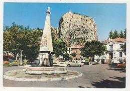 04 -Castellane        La Place Et La Chapelle De ND Du Roc - Castellane