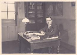 """Carton Photo 126 X 176 Mm """"Duchey & Dumatons, Vincennes (78) - Instituteur Assis à Son Bureau En Classe - à Identifi - Orte"""