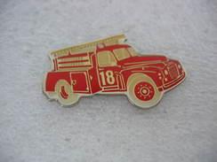 Pin's Vieux Camion à Essence Des Sapeurs Pompiers - Brandweerman