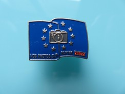 Pin's 157 – Papier Photos - Kodak - Signé Atout K- Drapeau Européen - Fotografia
