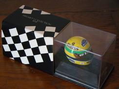 Casque De Pilote De Formule 1 De Ayrton Senna En Metal Boitier D'origine Départ Vente 7.00 Euros - Car Racing - F1