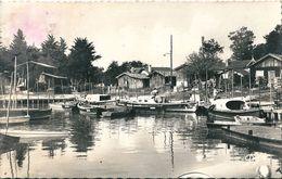 CASSY - Les - BAINS  ( 33 )   Avenue  Du  Port Et De La Plage ,  Et Le  Port  En  C.p.s.m Dentelée Noire Et Blanche - Altri Comuni