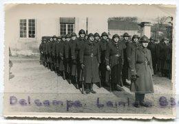 - 2  Photos  Militaires, Soldats Au Rapport, Cours De Caserne, Tenue D'hiver, Format CP, TBE, Scans. - Guerre, Militaire