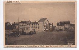 LOUDES (43) - MONUMENT AUX MORTS DE LA GUERRE - PLACE ET HOTELS - VUE DE LA ROUTE DU PUY EN VELAY - Loudes