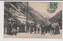CPA - CAUTERETS D'Hiver - Groupe De Skieurs Sur La Ligne Du Tramway - Cauterets