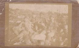 CARD PHOTO 7X11,2 MILITARI AL FRONTE , IN TRINCEA TAZZE E FIASCHI DI VINO MOMENTO DI PAUSA?   -2-0882-27600 - 1914-18