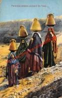 Femmes Arabes Puisant De L'eau - Emirats Arabes Unis