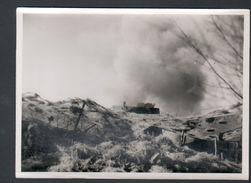 Photo 12 X 18 Cm, Section Cinematographique De L'armee, Un Canon En Action, Derriere Le Canon, Les Abris Camouflés - Guerre, Militaire