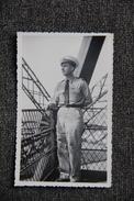 Militaire Sur La Tour EIFFEL En 1945 - Lieux
